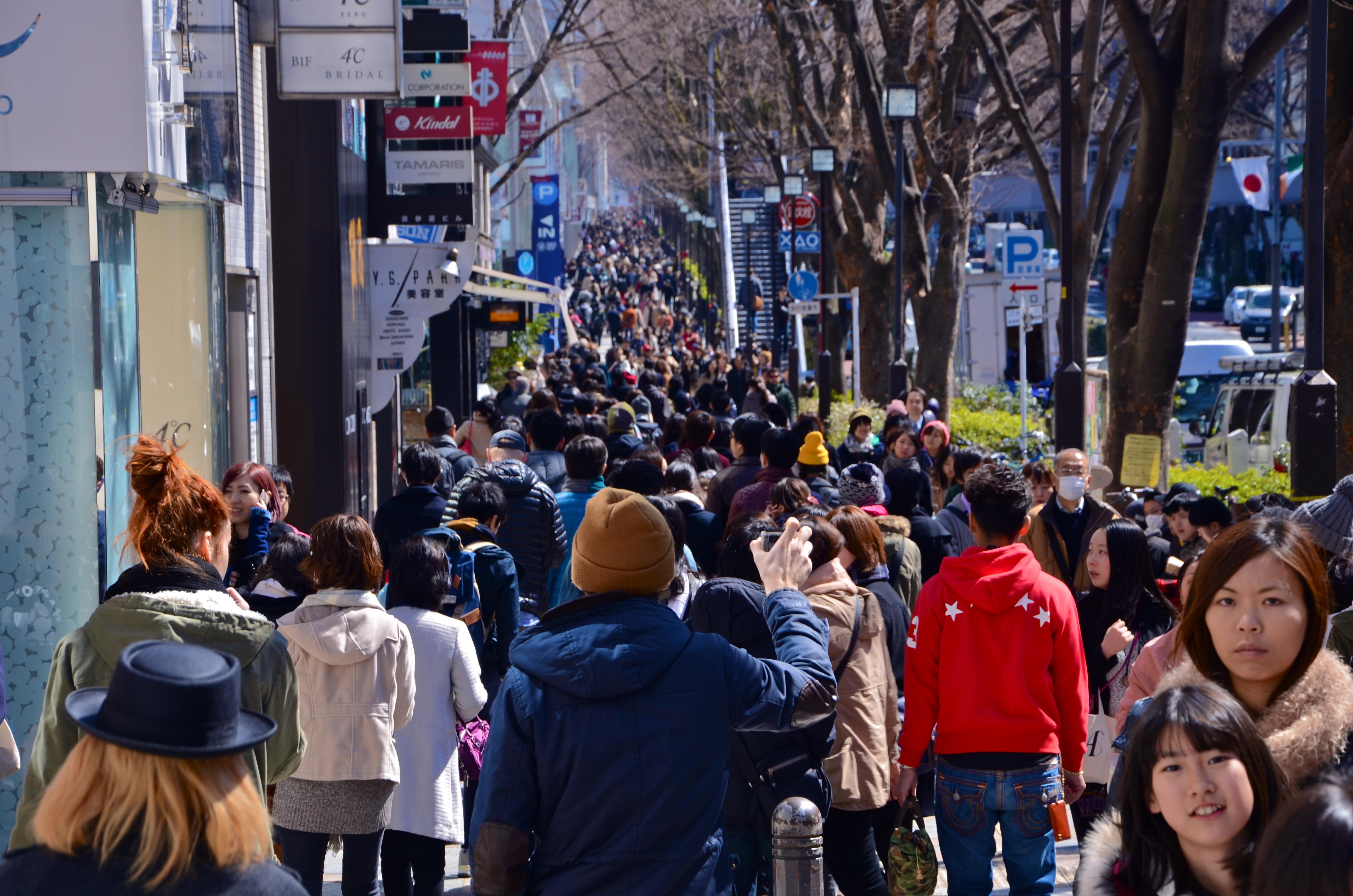 cantidad de gente por las calles de