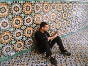 Descansando y mirando le guía en Marruecos.