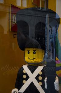 En la foto no parece, pero este soldado de Lego era alto 150cm.
