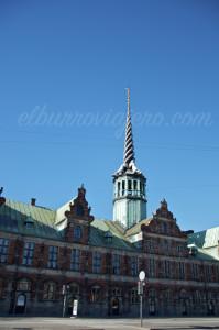El palacio de la Bolsa, el techo está formado por las colas de 4 dragones de cobre.