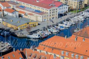 Canal con barcos y casas flotantes visto desde la torre de la iglesia.