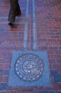 """la indicación del """"Freedom Trail"""" en el suelo"""