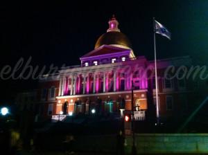 State House de noche; de día se reconoce por su cupola dorada