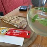 Bauerntoast (bocadillo del campesino en alemán) y un Hugo. Bocadillo y aperitivo típicos.