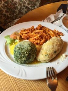 Plato con dos canederli y pasta con ragú. Llega con un pato de ensalada, total: 13€.